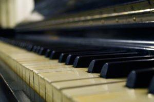 90-летняя посетительница центра социального обслуживания района дает фортепианные концерты. Фото: pixabay.com