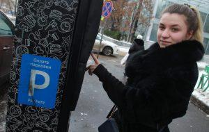 Большинство москвичей препочитают оплачивать парковку с помощью приложения. Фото: архив, «Вечерняя Москва»