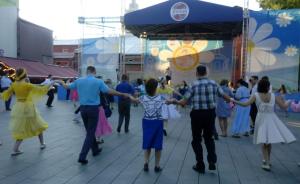 Танцевальное мероприятие «Ромашковый бал» состоялось в Саду «Эрмитаж». Фото предоставили сотрудники клуба
