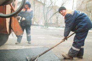 Специалисты «Жилищника» привели в порядок более 60 квадратных метров дорог в районе. Фото: Наталия Нечаева, «Вечерняя Москва»