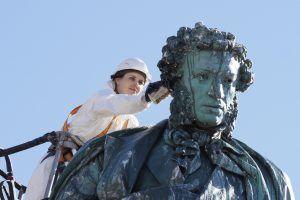 Памятник выдающемуся поэту на Пушкинской площади почистили. Фото: Антон Гердо, «Вечерняя Москва»