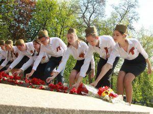 Ученики школы №2107 возложили цветы к памятнику в Екатерининском сквере. Фото: Наталия Нечаева, «Вечерняя Москва»