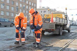 Специалисты провели ямочный ремонт в районе. Фото: Александр Казаков