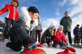 Москвичи смогут поучаствовать в мастер-классах по керлингу в саду «Эрмитаж». Фото: сайт мэра Москвы