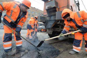 Сотрудники «Жилищника» провели ямочный ремонт дороги в районе. Фото: Александр Казаков, «Вечерняя Москва»