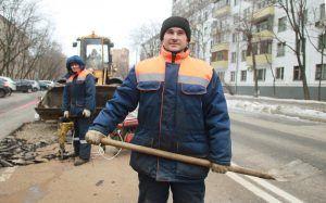 Сотрудники «Жилищника» привели в порядок асфальт. Фото: Наталия Нечаева, «Вечерняя Москва»