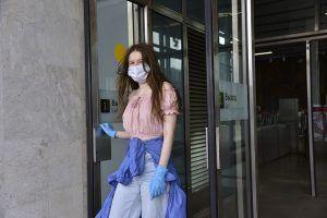 Стикеры о напоминании ношения масок и перчаток разместили на станциях МЦК и метро. Фото: архив, «Вечерняя Москва»