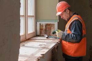 Сотрудники «Жилищника» завершат капитальный ремонт жилого дома в районе. Фото: сайт мэра Москвы