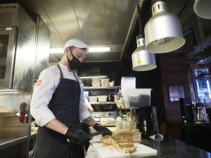 Ресторану в Парке Горького грозит крупный штраф за нарушения антиковидных мер. Фото: Фото: Антон Гердо, «Вечерняя Москва»