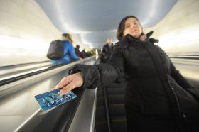 Пассажиры Московского Центрального кольца смогут приобрести новые карты «Тройка». Фото: Наталья Феокситова «Вечерняя Москва»