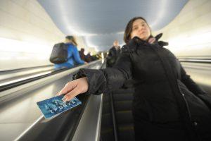Пассажиры Московского Центрального кольца смогут приобрести новые карты «Тройка». Фото: Наталья Феоктистова, «Вечерняя Москва»