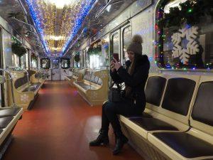 Новогодний поезд проедет через станцию метро «Новослободская». Фото: Антон Гердо, «Вечерняя Москва»
