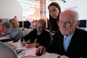 Сотрудники районного центра соцобслуживания организуют курсы о здоровье для жителей старшего возраста. Фото: Максим Аносов, «Вечерняя Москва»