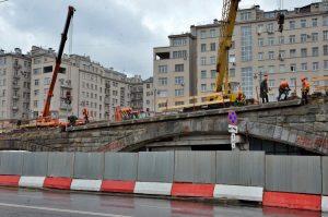 Большой каменный мост отремонтируют к концу лета. Фото: Анна Быкова