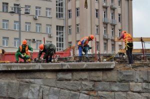 Проезжую часть начали обустраивать на Большом Каменном мосту. Фото: Анна Быкова